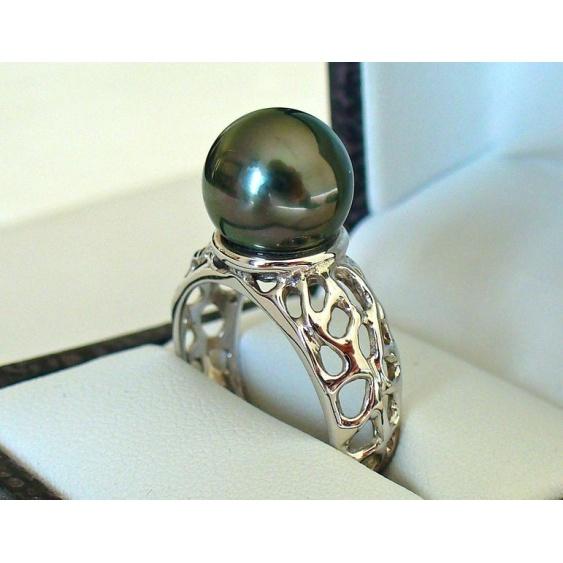 """Bague jonc """"coulée"""" en or blanc 18 carats et une belle perle noire de Tahiti"""
